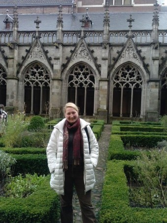 Ірина Скулкіна в готичному дворику