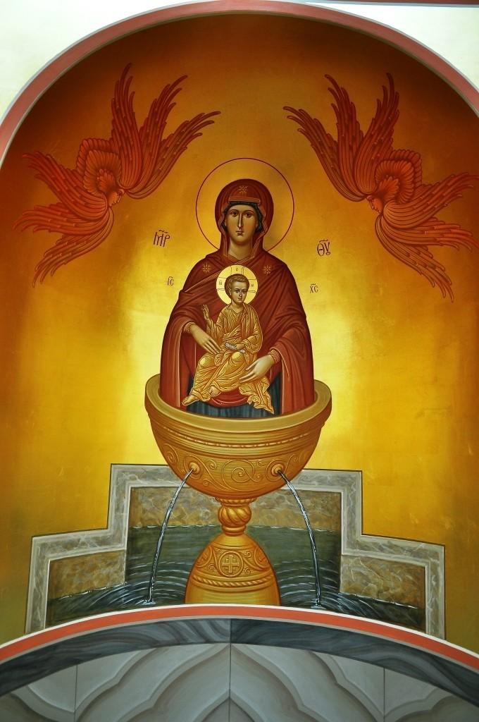 """Запрестольна ікона Богородиці """"Живоносне джерело"""" у вівтарі каплиці св. Івана Богослова"""